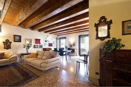 appartamento-palazzo-della-ragione-appartamento-affitto-a-padova-centro-storico-salone-divani-padovaresidence